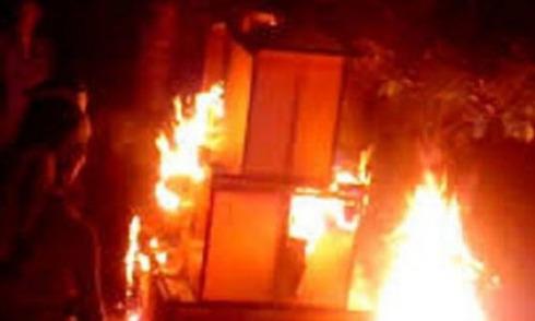 Tưới xăng đốt chết con trong lúc to tiếng với vợ