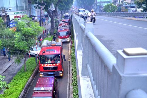 Gần chục xe cứu hỏa được huy động để dập đám cháy ở tòa nhà thẩm mỹ viện. Ảnh: Hải Thuận.