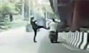 Cảnh sát đạp ngã người đi xe máy