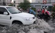 Ôtô lao qua vũng nước làm xe máy ngã, ai sai ai đúng?