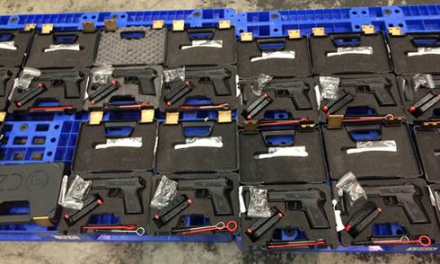 Gần 100 khẩu súng quân dụng trên chuyến bay về Việt Nam
