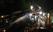 Nhiều người la hét kêu cứu khi xe khách 45 chỗ gặp nạn