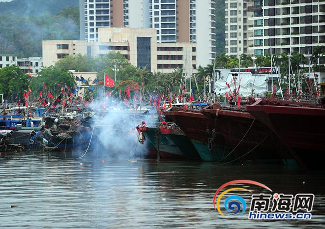 Hàng chục nghìn tàu cá Trung Quốc tề tựu ở các cảng, chuẩn bị ra Biển Đông khi lệnh cấm kết thúc 12h trưa nay.