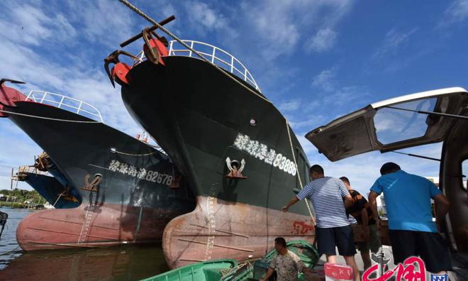 Ở cảng Đàm Môn, thành phố Quỳnh Hải, phía đông đảo Hải Nam, ngư dân cũng chuẩn bị ra khơi. Họ sử dụng các tàu đánh cá cỡ lớn cho mùa đánh bắt sắp tới. Ảnh: China.com