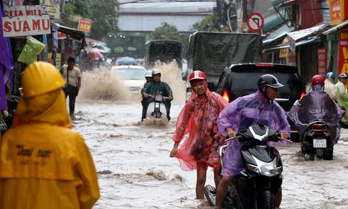 Người Hà Nội bì bõm trong 'biển nước'