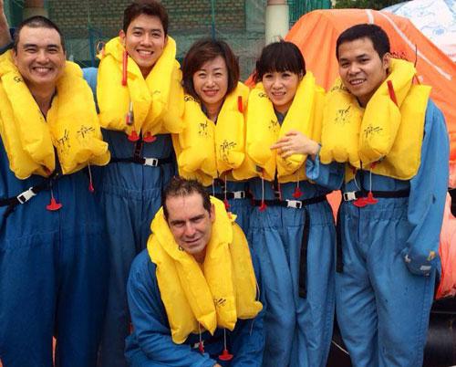 Quang Đạt (thứ 2 từ trái sang) cùng đồng nghiệp trong giờ huấn luyện bay hồi còn học ở New Zealand. Ảnh: NVCC