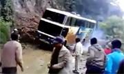 Xe khách rơi xuống vực khi qua đường hẹp