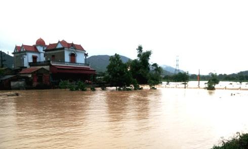 Hơn 500 nhà chìm trong nước, đường vào Yên Tử ngập sâu