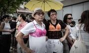 Người biểu tình Hong Kong mặc áo ngực phản đối cảnh sát
