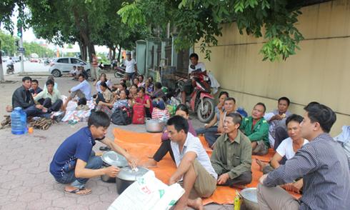 Hàng chục người mang xoong nồi đến cổng ủy ban phản đối khai thác cát