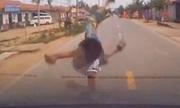 Tài xế bị đánh khi ôtô đâm trẻ đột ngột băng qua đường