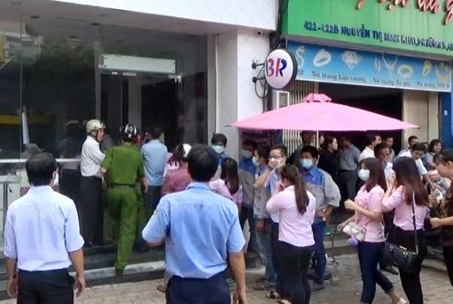 Vụ cháy khiến nhiều nữ nhân viên hoảng loạn. Ảnh: Hải Thuận.