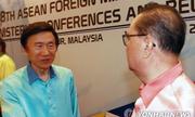 Ngoại trưởng Hàn Quốc chào, ngoại trưởng Triều Tiên làm lơ