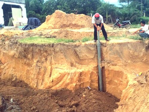 Cơ quan chức năng đã tiến hành kiểm tra giếng khoan và lấp hố. Ảnh: Nguyệt Triều