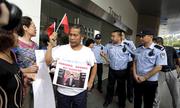 Thân nhân MH370 gây náo loạn văn phòng Malaysia Airlines