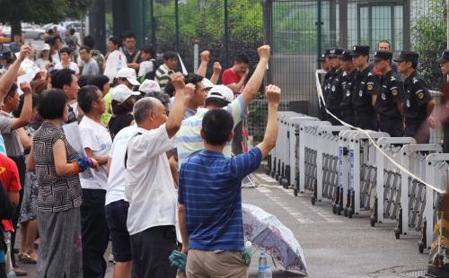 Biểu tình ngoài đại sứ quán Malaysia tại Bắc Kinh. Ảnh: SCMP