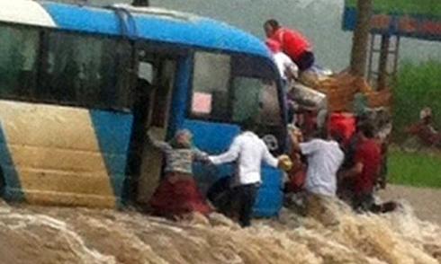 Xe khách bị nước cuốn, nhiều người lao xuống cứu