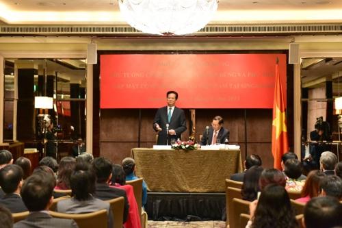 Thủ tướng nói chuyện với cộng đồng người Việt tại Singapore. Ảnh: VGP/Nhật Bắc