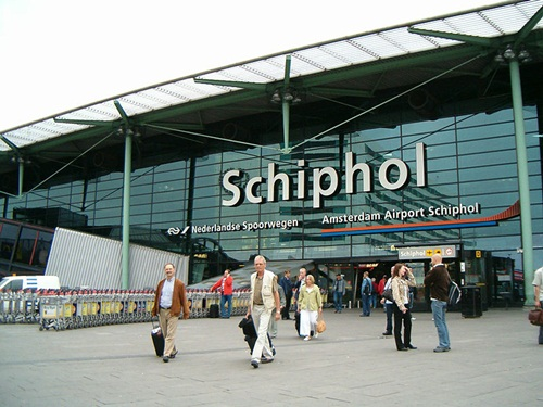 Sân bay Schiphol, Amsterdam, Hà Lan là nơi diễn ra vụ cướp Monday wasnt the first time diamond thieves seized their plunder on the tarmac of a European airport. At Amsterdams Schipol Airport on February 25, 2005, four men in a stolen KLM cargo vehicle ambushed an armored truck carrying jewels bound for Antwerps diamond district. Brandishing guns, they forced out the drivers before speeding away. Since many of the gems they filched were still uncut, its unclear how much the booty was worththough some estimates have put the figure as high as $118 million. That would make the Schipol crime, which remains unsolved, the largest diamond heist in history.