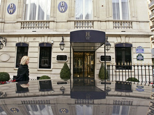 In a high stakes smash-and-grab, four men wearing wigs and female clothing entered a Harry Winston jewelry store in a posh Paris neighborhood in 2008 and stripped it bare. French authorities believe it was an inside jobthe robbers called store employees by their first names and knew exactly where to find its secret storage boxes, according to The Guardian. Ảnh: AP