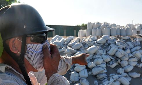 Hàng trăm tấn rác độc ngổn ngang Dung Quất