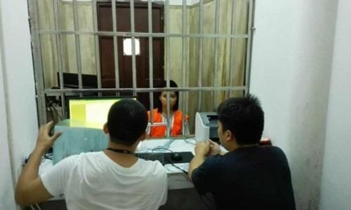 Yang bị cảnh sát bắt giữ sau khi phao tin cha mình thiệt mạng trong vụ nổ ở Thiên Tân để lừa tiền ủng hộ. Ảnh: Shanghaiist