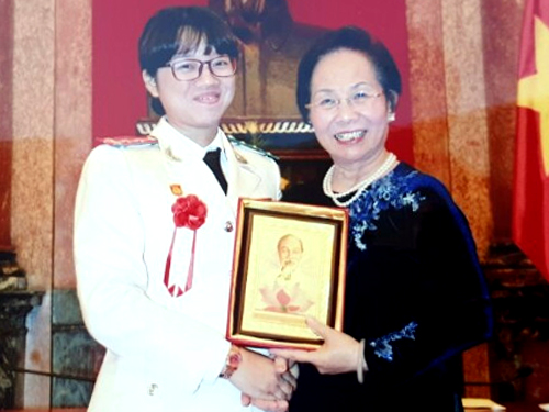 Đại úy Vân cùng Phó Chủ tịch nước Nguyễn Thị Doan trong một lần thay mặt Công an Khánh Hòa tham gia hội thao do Bộ Công an tổ chức tại Hà Nội. Ảnh: NVCC