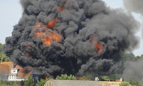 Máy bay trình diễn lao xuống đất, 7 người chết