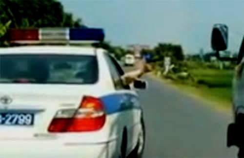 Có nên cấm cảnh sát giao thông nổ súng chỉ thiên ngăn xe vi phạm bỏ trốn