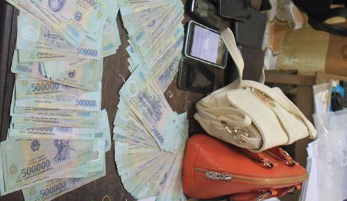 Con bạc vứt 50 triệu đồng qua cửa sổ khi bị bao vây