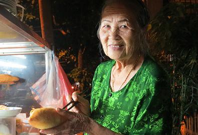 Tiệm bánh mì nổi tiếng của cụ bà 80 tuổi ở Hội An