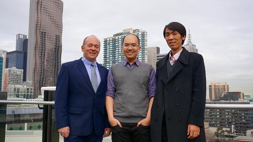 ThiênDuy (giữa) cùng 2 giảng viên thân thiết,Tiến sĩ Siddhi Pittayachawan và Tiến sĩ Vince Bruno tại Australia.
