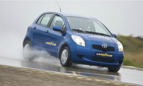 Tự tin lái xe đường mưa nhờ lốp chống trượt