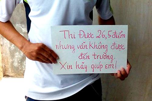 """Em Trần Văn Sâm cầm tấm biển với nội dung """"Thi 26,5 điểm nhưng vẫn không được đến trường. Xin hãy giúp em!"""". Ảnh: Pháp luật TP HCM"""