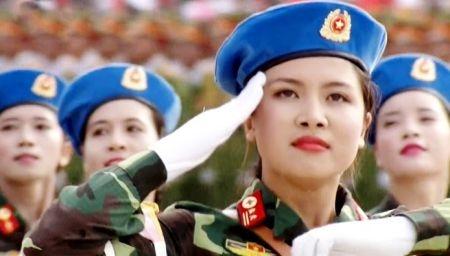 Nữ Khối trưởng Phạm Trúc Sơn Quỳnh dẫn đầu Khối nữ chiến sĩ quân y diễu binh qua lễ đài sáng 2-9. Ảnh do nhân vật cung cấp.