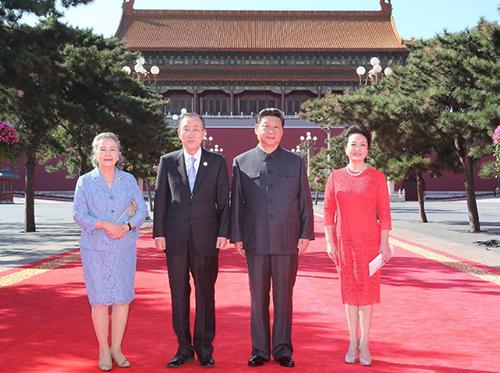 Đệ nhất phu nhân Bành Lệ Viên vàChủ tịchTập Cận Bình chụp ảnh cùng vợ chồng Tổng thư ký Liên Hợp Quốc Ban Ki-moon ở Bắc Kinh hôm nay. Ảnh: Xinhua