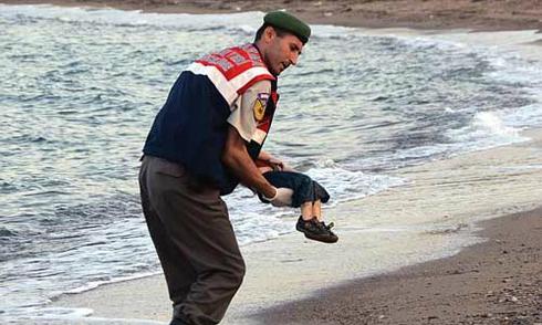 Cha cậu bé dạt vào bờ biển kể khoảnh khắc vuột mất các con