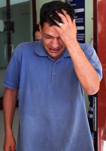 Abdullah Kurdi, cha của hai cậu bé chết đuối trôi dạt vào bãi biển gần khu nghỉ dưỡng Bodrum, Thổ Nhĩ Kỳ, đau khổ sau khi tới nhà xác nhận dạng thi thể người thân. Ảnh: AP.