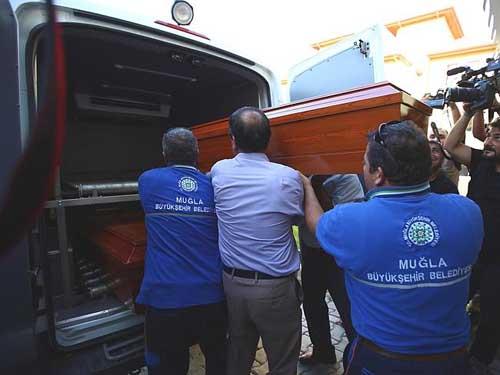 Quan tài chứa thi thể Rehan Kurd, mẹ bé Aylan, được đưa lên xe tang. Ảnh: AP.