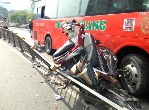 Nhiều xe máy bị ép kẹt bên hông xe. Ảnh: Hải Hiếu.