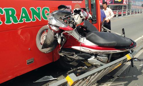 Người phụ nữ bị hất khỏi cầu khi ôtô tông hàng loạt xe máy