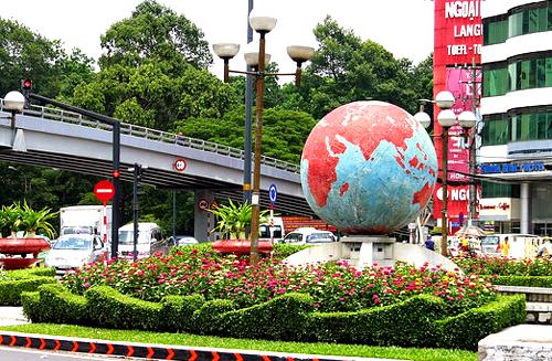 Vòng xoay Lăng Cha Cả hiện nay Vòng xoay nổi bật với quả địa cầu hai màu xanh, đỏ, đường kính khoảng 2 mét.. Ảnh: S.H