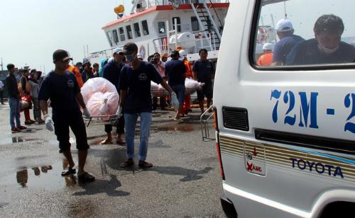 Thi thể 11 thuyền viên được bàn giao cho người thân hôm 19/9. Ảnh: Phước Tuấn