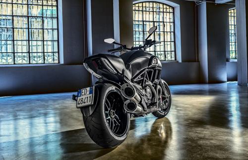 Ducati-Diavel-Carbon-Dietro-Loft.jpg