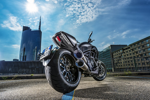 Ducati-Diavel-Carbon-Dietro-Milano.jpg