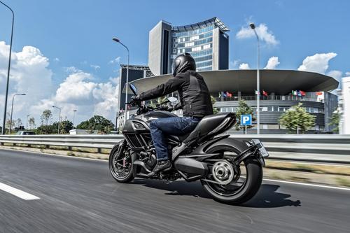 Ducati-Diavel-Carbon-Lato-Sinistro-Strad