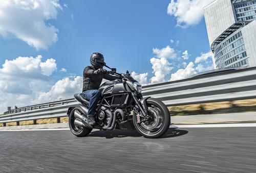 Ducati-Diavel-Carbon-Lato-Strada.jpg