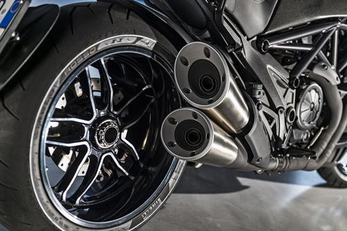 Ducati-Diavel-Carbon-Scarico.jpg