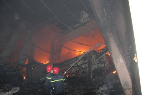 Do xưởng chứa hàng chủ yếu là vải nên lửa bén nhanh lan rộng. Ảnh: Hoàng Trường