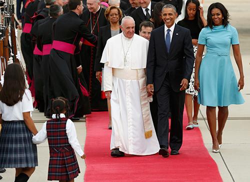 Gia đình Tổng thống Obama cùng các quan chức và người dân Mỹ nghênh đón Giáo hoàng Francis tạicăn cứ không quânAndrews. Ảnh: Reuters